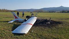 V Liberci havarovalo malé letadlo a shořelo, posádka vyvázla bez zranění. Pomohli svědci nehody