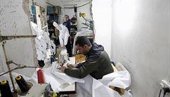 Továrny v Gaze vyrábějí roušky i rukavice, některé směřují i na izraelský trh