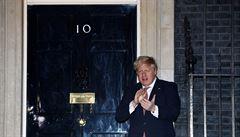 Británie má vrchol epidemie za sebou, prohlásil Johnson. V zemi přibylo 674 úmrtí