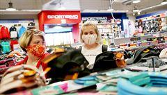 První zákazníci vyrazili do otevřených obchodů. Nakupovaly téměř výhradně ženy