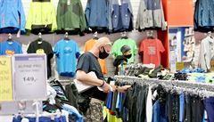 Tržby obchodníků v dubnu kvůli koronaviru klesly o téměř 11 procent. Internetový prodej ale zaznamenal růst