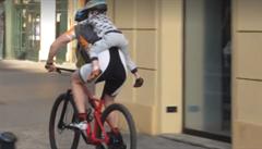 VIDEO: Cyklista vezl dítě centrem Prahy 'na klíšťáka'. Malý kluk visel na zádech a držel se jen tátova krku