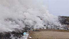 U Vintířova na Sokolovsku hoří skládka komunálního odpadu. Hasiči požár stále nemají plně pod kontrolou
