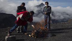 Bolivijský náměstek inckým rituálem žádal konec pandemie. Matce Zemi obětoval dvě lamy