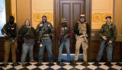 Demonstranti v Michiganu šli se zbraněmi do zákonodárného sboru. Chtějí uvolnění karanténních opatření
