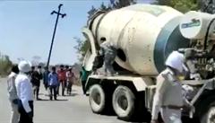 VIDEO: Do míchačky na beton se naskládalo 18 Indů. Chtěli tak odjet nejméně 700 km