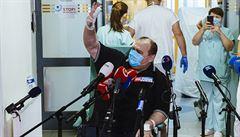 Taxikář léčený remdesivirem opustil nemocnici. Bude se znovu učit pohybovat po bytě, čeká ho náročná rehabilitace