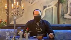 Řecký restauratér navrhl roušku se zipem, aby se s ní dalo jíst