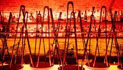 Barmani s vařečkou, volantem a štaflemi. Jak se v brněnských podnicích bojuje s úbytkem zákazníků