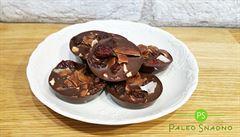 Připravte si doma vlastní čokoládu. Zkuste přidat kešu a brusinky