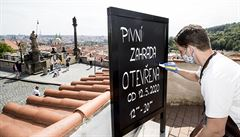 Bazény či bary s 'policejní hodinou'. Česko od 25. května rozvolňuje rychleji, nabízíme přehledný výčet