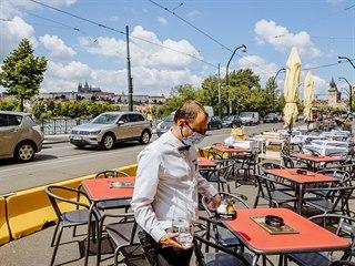 Zahrádky v uzavřeném jízdním pruhu na Smetanově nábřeží.