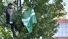 OBRAZEM: Vždy jsme s vámi. Kanonádu Bohemky sledovali fanoušci na stromech, žebřících i dírami v plotu