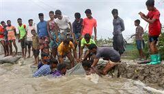 Supercyklon Amphan dorazil do Indie a Bangladéše, zabil už nejméně 84 lidí