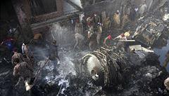 Letadlo se zhruba stovkou lidí se zřítilo do hustě obydlené oblasti. Nehodu přežili ředitel banky a inženýr