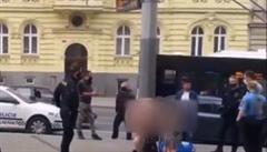VIDEO: Otec s nezletilou dcerou se nazí promenádovali po centru Plzně. Policii argumentovali rouškama