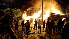 'Jen ať hoří.' Majitelé zapálené restaurace v Minneapolis demonstrantům odpustili