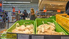 Hitem pandemie jsou plasty na jedno použití. Zájem je o jednorázové kelímky, rukavice, nádobí a sáčky