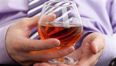 Jste dlouho v práci? Hrozí vám alkoholismus