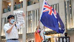 Policie v Hongkongu již zatkla dva lidi podle nového zákona. Nesli transparent a vlajku