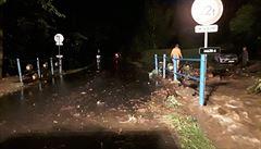 Večerní bouřky zaplavovaly sklepy a lámaly stromy. Meteorologové vydali výstrahu před povodněmi