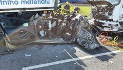 Pražský okruh zablokovala nehoda, nákladní vozy slisovaly osobák. Hasiči vyprošťovali ženu 40 minut