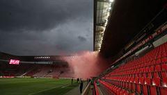 Fanoušci se baví i za branami stadionu. 'Pusťte je na tribuny, nic se nestane,' říká Rada