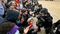 Násilí v USA není všude. Policisté v Miami a New Yorku poklekli společně s demonstranty