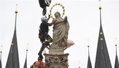 Na Staroměstském náměstí v Praze stojí po 102 letech mariánský sloup, práce nabraly zpoždění kvůli soše