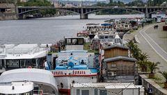 Vodní turismus v Praze 'zamrzl'. U břehů kotví desítky lodí bez života, zájem by snadno pokryl jeden parník