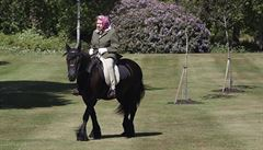 Britská královna se objevila po dlouhé době na veřejnosti. Vyjela si na koni ve windsorském parku