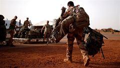 Francouzští vojáci varují před občanskou válkou, země je prý v úpadku. Macrona viní z ustupování islamistům