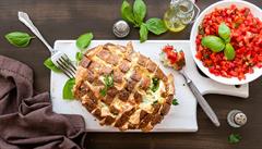Zapečený chléb se sýrem a rajčatovou salsou podle bloggerky