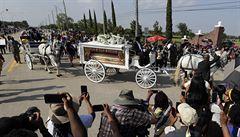 Rakev s ostatky George Floyda, jehož smrt vyvolala v USA vlnu demonstrací, byla uložena do hrobu