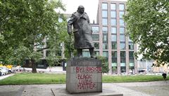 Byl rasista, napsal vandal na sochu Churchilla v Praze. Radnice už graffiti odstranila