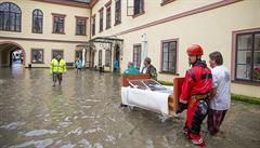 V Heřmanově Městci se voda vylila z rybníka, hasiči evakuovali okolní obce i domov důchodců