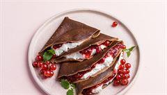 Nedělní snídaně? Kakaové palačinky s rybízovou chia marmeládou
