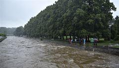 Rozvodněná řeka na Bruntálsku má na svědomí lidský život. Další člověk je nezvěstný, hasiči jej budou hledat ráno