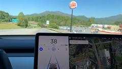 Burger King má novou reklamu. Autopilot tesly si ceduli řetězce spletl se stopkou