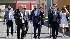 Premiér Babiš si při návštěvě Karlových Varů odskočil do nemocnice, tam obdržel francouzskou hůl