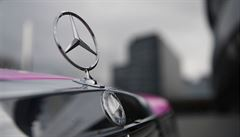 Automobilka Mercedes-Benz zahájila výrobu roušek. Za den vyrobí sto tisíc kusů