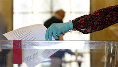 Zákon pro říjnové volby o hlasování z karantény schválila vláda. Lidé budou hlasovat z auta