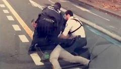 Dusím se! křičel na policisty, pak zemřel. Francie kráčí ve stopách USA, nově má i svého 'Floyda'