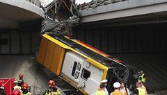 Ve Varšavě spadl autobus z nájezdu na most a přetrhl se v půli. Nejméně jeden člověk zemřel