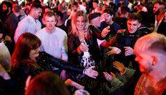Londýnské Soho zaplnily davy lidí. Opilci evidentně rozestupy nedodržují, povzdechl si policista