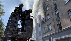 Při požáru pražského bytu zemřel člověk, dva lidé jsou popáleni. Příčinu výbuchu hasiči vyšetřují