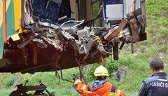 Hasiči pomocí jeřábů a kamionu odvezli nabouraný vlak z Perninku, kde se před týdnem srazil s jinou soupravou