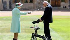 Sir Moore. Alžběta II. povýšila 100letého veterána, který vybral během pandemie přes miliardu korun, na rytíře