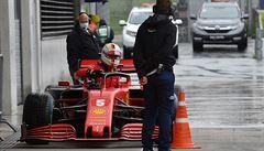 Rozzuřený šéf Ferrari: Časomíra nelže. Nové vozy na trati svou cenu neukázaly