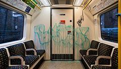 Umělec zachycen při činu. Banksyho krysy v londýnském metru vyzývaly k nošení roušek